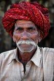 普斯赫卡尔,印度- 2013年3月03日:有髭的未定义人在五颜六色的头巾画象 库存图片