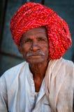 普斯赫卡尔,印度- 2013年3月03日:有髭的未定义人在五颜六色的头巾画象 免版税库存照片