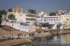 普斯赫卡尔ghats和湖在沐浴和仪式期间在一个晴天,普斯赫卡尔,拉贾斯坦,印度 免版税库存图片