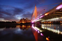 普特拉贾亚与反射作用的桥梁nightscape 免版税库存图片