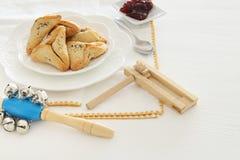 普珥节庆祝概念& x28; 犹太狂欢节holiday& x29; 传统hamantaschen在白色桌的曲奇饼 免版税库存图片