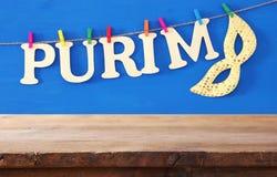 普珥节庆祝概念& x28; 犹太狂欢节holiday& x29;在空的木桌前面 产品显示背景 库存照片