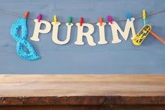 普珥节庆祝概念& x28; 犹太狂欢节holiday& x29;在空的木桌前面 产品显示背景 免版税库存照片