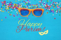 普珥节庆祝概念& x28; 犹太狂欢节holiday& x29;滑稽的玻璃 顶视图 图库摄影