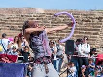 普珥节节日的参加者在凯瑟里雅,以色列显示与一个可膨胀的球的表现访客的 免版税图库摄影