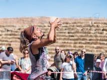 普珥节节日的参加者在凯瑟里雅,以色列显示与肥皂泡的一个展示访客的 图库摄影
