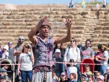 普珥节节日的参加者在凯瑟里雅,以色列显示与肥皂泡的一个展示访客的 库存照片