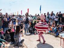 普珥节节日的参加者在美妙的服装穿戴了,在凯瑟里雅,以色列显示与肥皂泡的一个展示 库存图片
