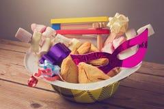 普珥节节日礼物与hamantaschen曲奇饼和糖果 库存照片