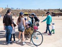 普珥节节日立场的参加者在一套神仙的雕象服装穿戴了在凯瑟里雅,以色列 免版税库存照片