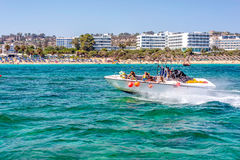 普罗塔拉斯,塞浦路斯- 2016年7月16日:乘坐jetski的游人在无花果树海湾 免版税库存图片