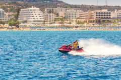 普罗塔拉斯,塞浦路斯- 2016年7月16日:乘坐jetski的游人在Fi 免版税库存图片
