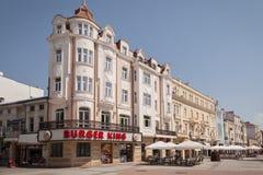 普罗夫迪夫,保加利亚, 2017年7月2日:老房子在大广场在有汉堡王快餐餐馆的保加利亚城市普罗夫迪夫 Plovdi 免版税图库摄影