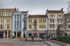 普罗夫迪夫,保加利亚- 2016年12月30日:议院和走的街道在市普罗夫迪夫 免版税库存图片