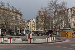 普罗夫迪夫,保加利亚- 2016年12月30日:议院和走的街道在市普罗夫迪夫 库存照片