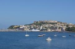 普罗奇达,意大利, 2014年7月2日:在那不勒斯海湾的procida海岛上在主要小游艇船坞的看法位于的  免版税库存图片