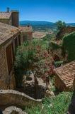 普罗旺斯、石房子和开花的树领域和小山全景在戈尔代 库存图片