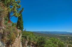 普罗旺斯的领域和小山的看法在戈尔代附近的 库存照片