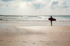 普腊亚做Amado、海滩和冲浪者斑点,阿尔加威葡萄牙欧洲 免版税库存图片