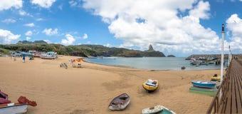 普腊亚全景做波尔图海滩,并且与Morro的Santo安东尼奥口岸做在背景的Pico -费尔南多・迪诺罗尼亚群岛,巴西 库存照片