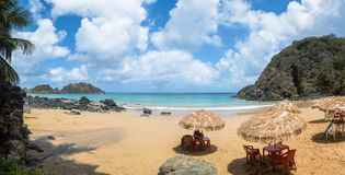 普腊亚全景做Cachorro海滩在维拉dos Remedios -费尔南多・迪诺罗尼亚群岛, Pernambuco,巴西 库存照片