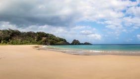 普腊亚全景做Sancho海滩-费尔南多・迪诺罗尼亚群岛, Pernambuco,巴西 免版税库存照片