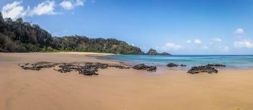 普腊亚全景做Sancho海滩-费尔南多・迪诺罗尼亚群岛, Pernambuco,巴西 免版税库存图片