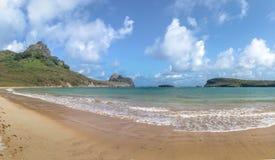 普腊亚全景做Sueste海滩-费尔南多・迪诺罗尼亚群岛, Pernambuco,巴西 库存图片