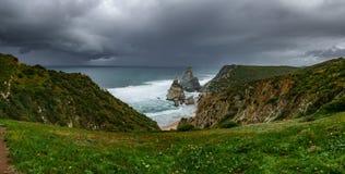 普腊亚在风雨如磐的云彩下的da Ursa海滩,宽全景 免版税图库摄影