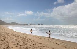 普腊亚痣痣海滩的-弗洛里亚诺波利斯,圣卡塔琳娜州,巴西冲浪者 库存照片