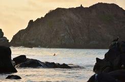 普腊亚的冲浪者做Meio -费尔南多・迪诺罗尼亚群岛 免版税图库摄影