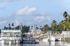 普腊亚的图片肩并肩在小船港口做Jacare海滩,几条小船 免版税库存图片