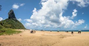 普腊亚da康塞桑海滩全景和Morro做Pico -费尔南多・迪诺罗尼亚群岛, Pernambuco,巴西 库存照片