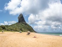 普腊亚da康塞桑海滩和Morro做Pico -费尔南多・迪诺罗尼亚群岛, Pernambuco,巴西 库存照片