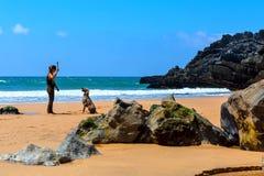 普腊亚da Adraga,葡萄牙- 05 15 2016年:多岩石的海滩的妇女 库存图片