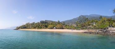 普腊亚da Feiticeira海滩- Ilhabela,圣保罗,巴西全景  库存图片