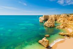 普腊亚da Marinha -美丽的海滩Marinha在阿尔加威,葡萄牙 库存照片