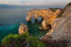 普腊亚da Mesquita/自然的Arco,阿尔加威,葡萄牙 免版税库存图片