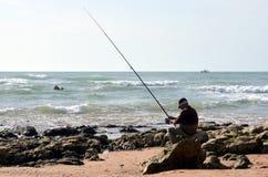 普腊亚da Oura,阿尔布费拉葡萄牙- 11/24/2017 :渔夫渔在大西洋 免版税库存图片