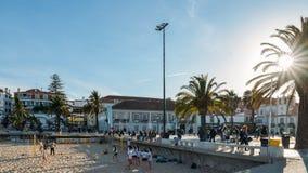 普腊亚da Ribeira,卡斯卡伊斯海边都市风景  在火车站附近的亲密海滩和受游人欢迎 免版税图库摄影