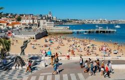 普腊亚da Ribeira,卡斯卡伊斯海边都市风景  在火车站附近的亲密海滩和受游人欢迎 库存图片