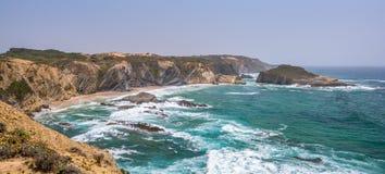普腊亚dos Alteirinhos风景海景在Zambujeira附近的,毁损,肋前缘Vicentina,葡萄牙 库存照片