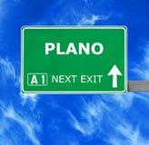 普莱诺反对清楚的天空蔚蓝的路标 免版税库存照片