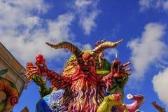 普蒂尼亚诺,普利亚,意大利- 2015年2月15日:狂欢节浮游物,纸型的妖怪 免版税库存图片