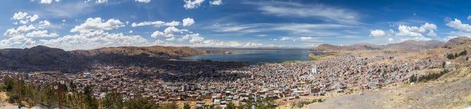 普诺和的喀喀湖空中全景从Mirador El神鹰,秘鲁 免版税图库摄影