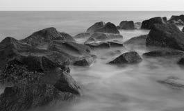 普通岩石和水灰度2 库存图片