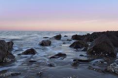 普通岩石和水 免版税库存图片