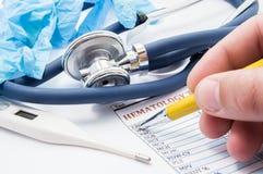 普通开业医生或儿科医生运作的场面  医生检查耐心` s血液分析 inflammator诊断的概念  库存图片