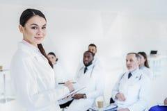 年轻普通开业医生谈话与医疗队 库存图片
