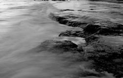 普通灰度岩石和的水 免版税库存照片